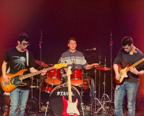 guitare électrique, guitare basse, batterie