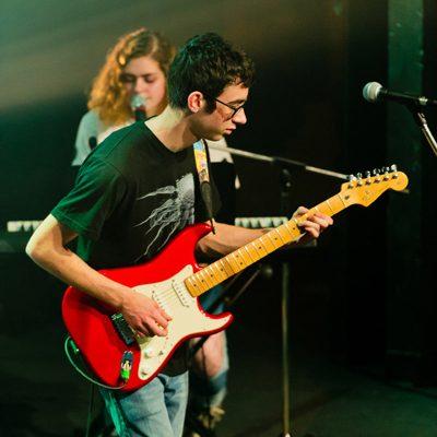 guitare électrique, chant, piano